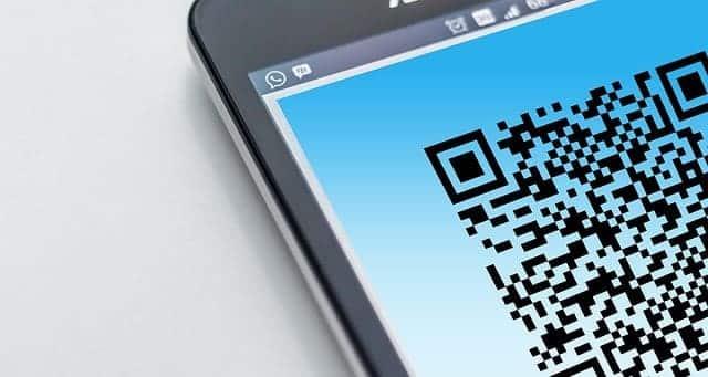 smartphone mostrando un diseño de código qr