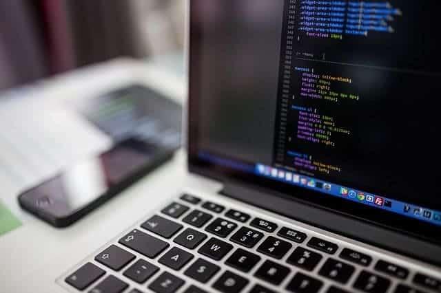 código css de diseño web en un portátil